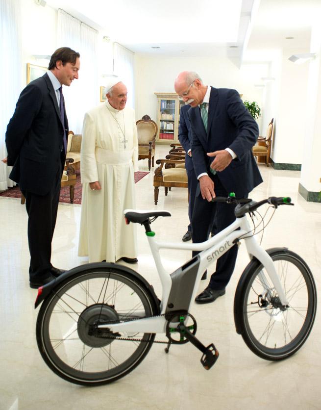 Dr.Dieter Zetsche, Presidente del Consejo de Dirección de Daimler AG y jefe de Mercedes-Benz Cars entregando la e-bike al Papa Francisc copia