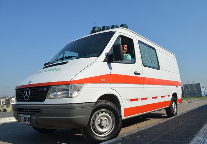 Mercedes-Benz-dona-ambulancia-a-hospital-de-Gonzalez-Catan
