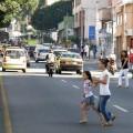 peatones cruzando mal la calle