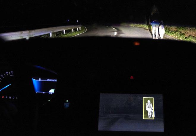 Ford-Sistema-de-Iluminacion-Frontal-Avanzado-que-funciona-mediante-Camaras