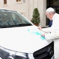 Mercedes-Benz-Papa-Francisco-firmando-la-VITO