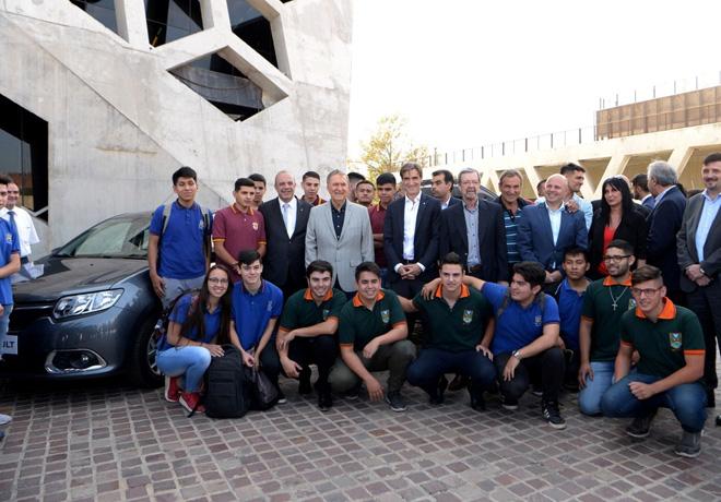 Renault Argentina entregara 36 vehiculos de ensayo a varias escuelas tecnicas de la capital e interior de la provincia de Cordoba