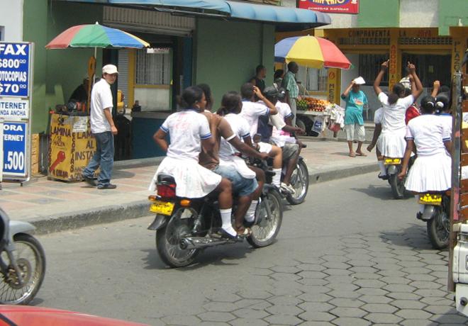 Adolescentes en moto en Colombia
